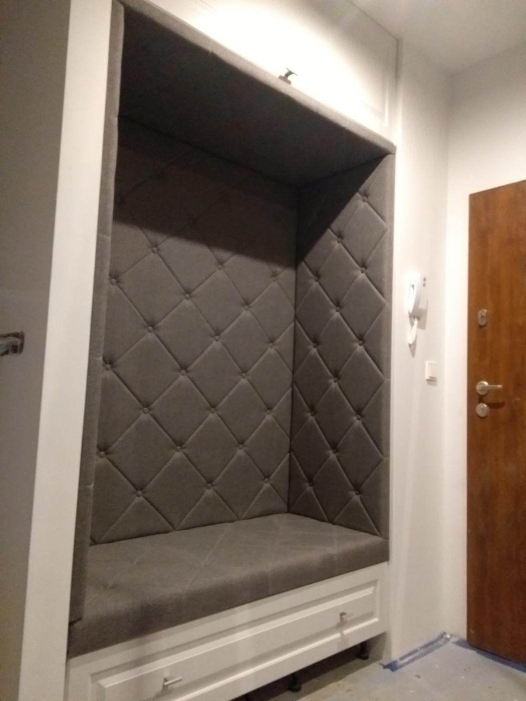 szafa z siedziskiem